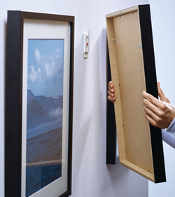 Simple and smooth hanging of photo frames without making holes in the wall
